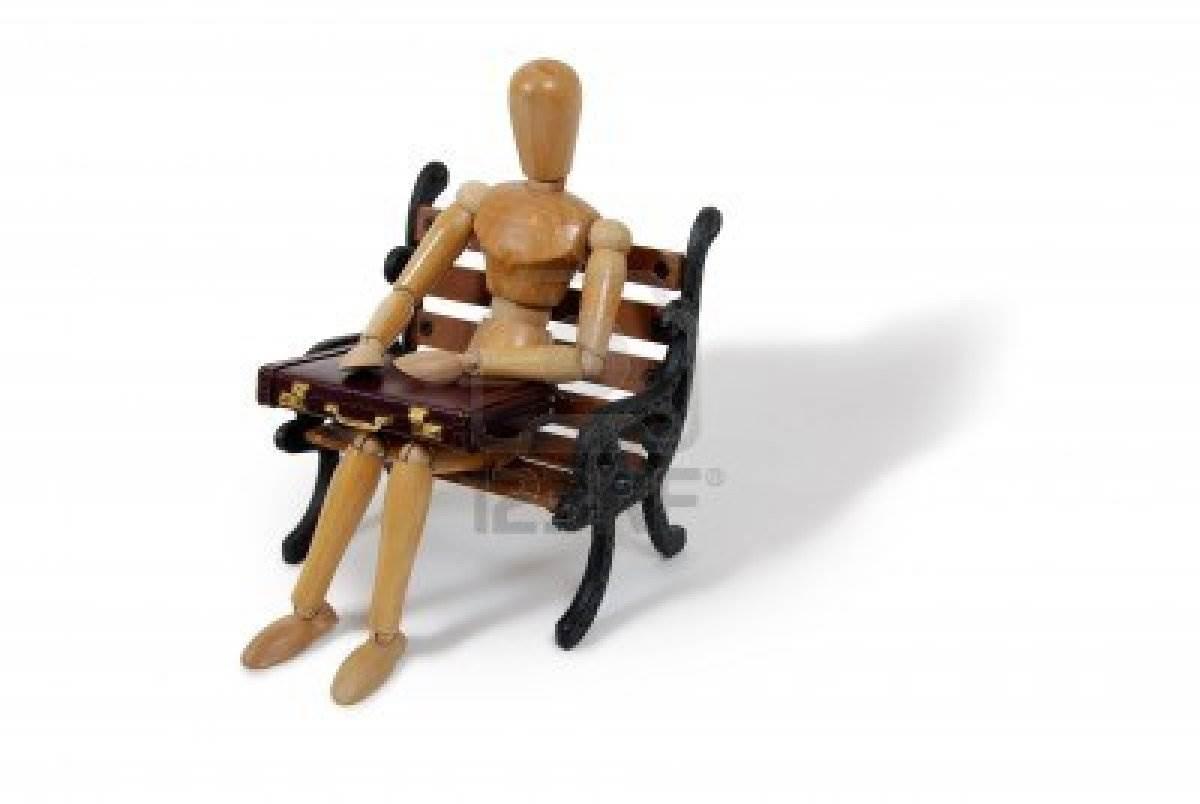 3953901-modelo-de-madera-que-representa-a-una-persona-sentada-en-el-banco-con-el-maletin-de-cuero-utilizados